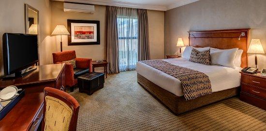 Southern Sun Katherine Street Sandton: standard room queen bed