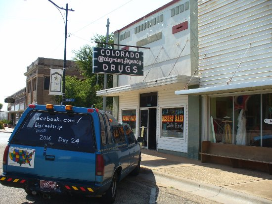 Colorado City, تكساس: Old sign out front, good stuff within