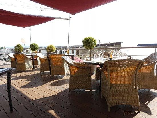 Photo de la table de palafitte neuch tel for Table 52 location
