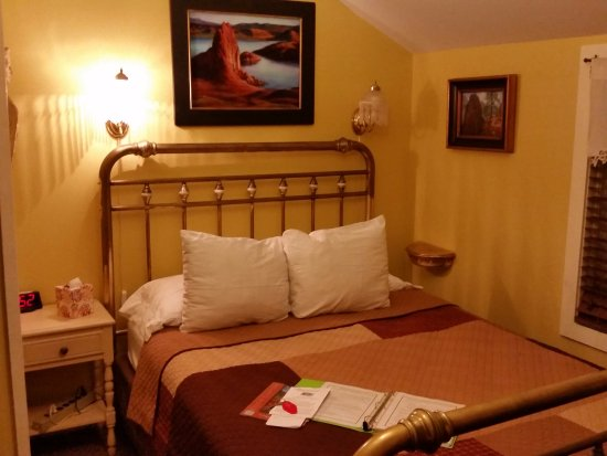 Under The Eaves: Cottage #5 has a wonderful comfortable bed, sitting area and attached bathroom
