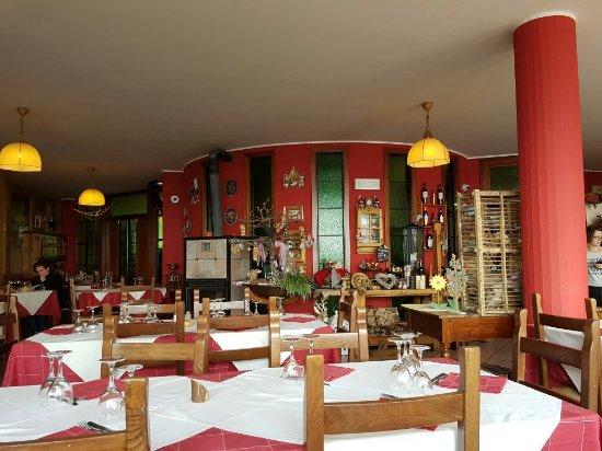 Province of Bergamo, İtalya: La sala ristorante con una veranda piena di fiori