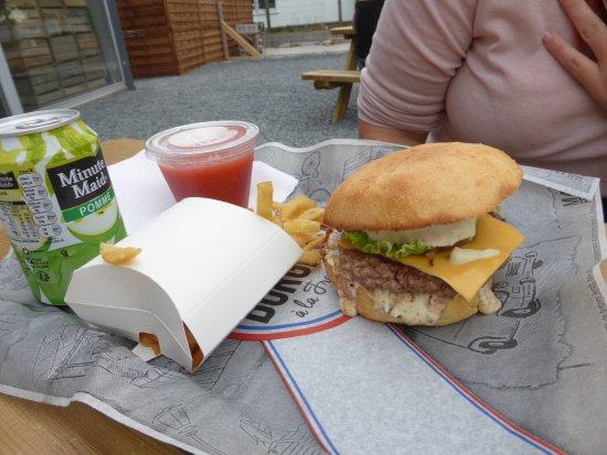 Herouville-Saint-Clair, Frankrike: Le colonel Moutarde : Steak haché-Confit d'oignons-Sauce moutarde-Cheddar-Andouille de Vire