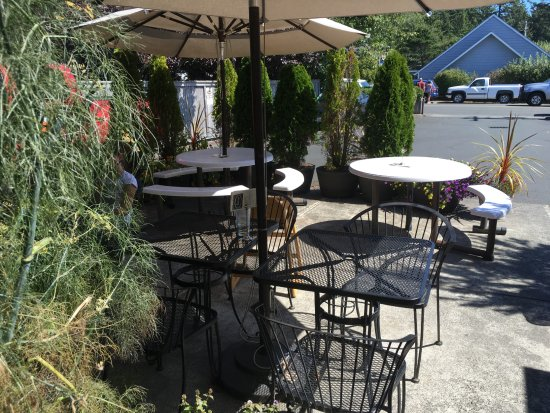 Seasons Cafe : Quiet patio for Seasons' diners.