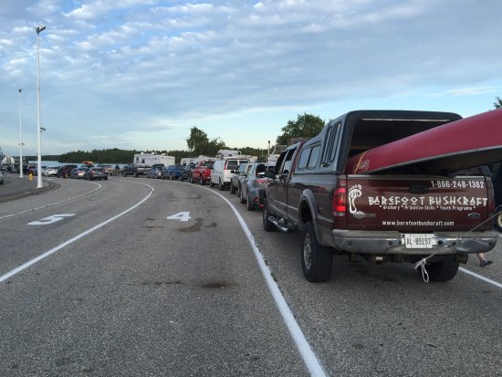 South Baymouth, Kanada: Large line up of cars to the Chi-Cheemaun ferry
