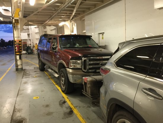 South Baymouth, Canadá: Big Ford Truck packed tightly into the Chi-Cheemaun Ferry