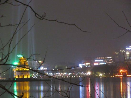 Imperial Hotel: Vue de la chambre sur la rivière des parfums le soir.