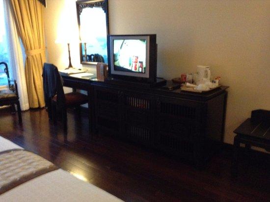 Imperial Hotel: Bureau et téléviseur à écran plat.
