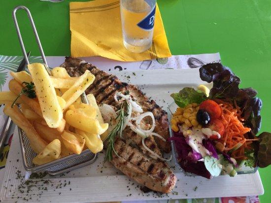 Le Carbet, مارتينيك: Filet de Loup des caraïbes accompagné des frites maisons et de la salade