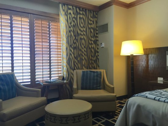 Sandia Resort & Casino: Sitting area in King room/ chair cushions slide apart when you sit on them
