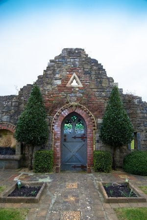 Ballyneety, Ierland: Folly at the front of Church
