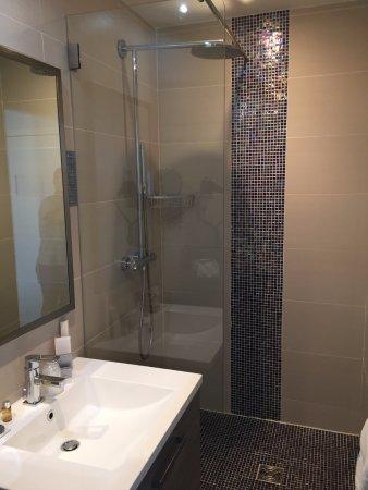 belle salle de bain mais après une douche, attention aux glissades ...
