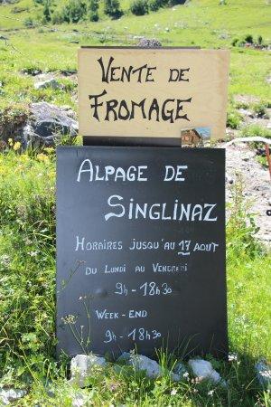 Zinal, Suíça: Enseigne de l'alpage et de la fromagerie de Singlinaz, à côté du Relais