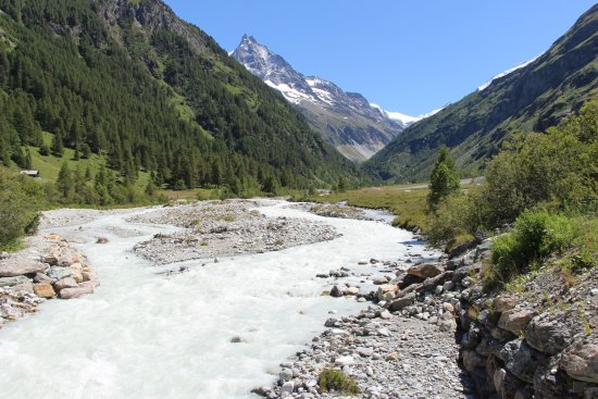 La Nivisence qui sépare le Relais de l'Alpage de Singlinaz prend sa source au glacier de Zinal