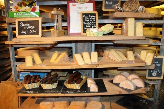 Zinal, Svizzera: L'étal de la fromagerie de l'alpage de Zinglinaz