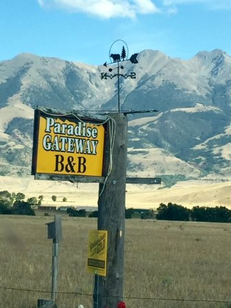Paradise Gateway Bed & Breakfast: Their sign from the road.