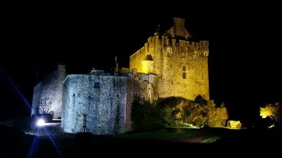 Ardelve, UK: Eilean Donan Castle nachts in den Aussenbereichen zugänglich