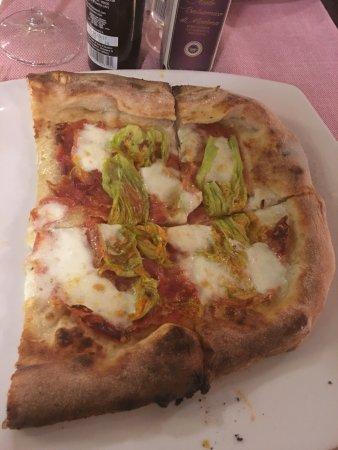Manocalzati, İtalya: Sabato di qualità .. Pizza al tartufo, pizza con fior di zucca e spianata piccante e bruschette