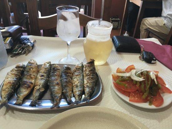 A Taska - Moita: A bela da sardinha, a salada com pimentos, o vinho pressão branco , em jarro e copo gelado