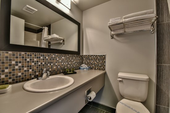 Fort St. James, Canadá: Bright, Spacious Bathrooms