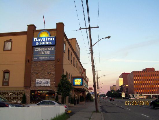Sault Ste. Marie, Καναδάς: Side view of the front of the hotel.