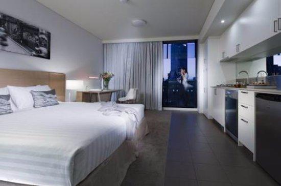 فراسر بالاس ميلبورن: spacious open plan room with view