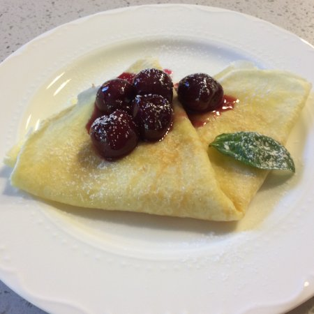 Birmingham Manor Bed and Breakfast: maple cream cheese crepe with cherry basil compote