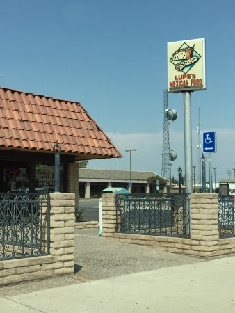 Delano, CA: Front of restaurant
