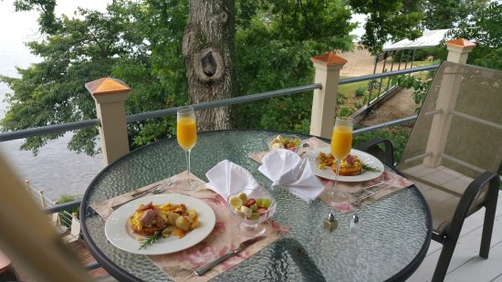 The Garden House Bed & Breakfast: Italian Chef prepared & delivered scrumptious breakfast to our balcony.