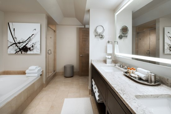 The Canyon Suites at The Phoenician: Canyon King Guestroom Bath