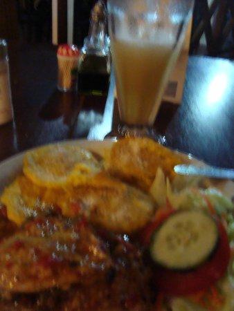 El Pirata : Pollo al ajillo con ensalada patacones y una limonada frozen