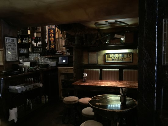 The Field Authentic Irish Pub and Restaurant: Dark just like pubs in Ireland