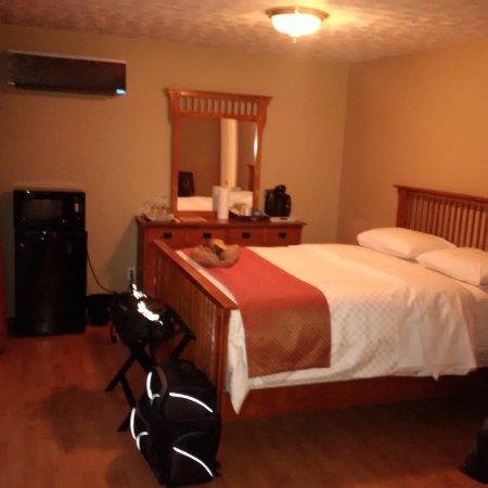 Hanover, Kanada: Atrium Suite bedroom from the door.