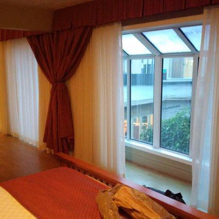 Hanover, Kanada: Atrium Suite atrium windows in the bedroom and living room.