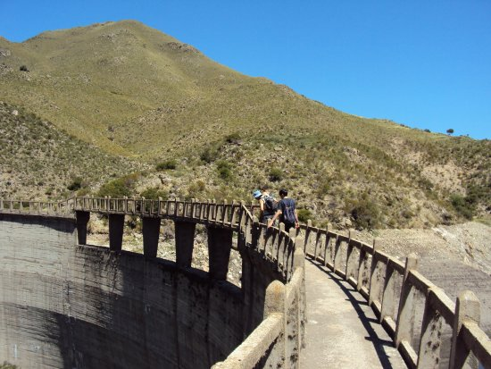 Capilla del Monte, Argentina: Paredon dique los Alazanes. Fue construido a lomo de mula.