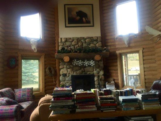 Inn on the Beartooth : The inviting parlor area