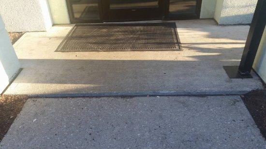 Holiday Inn Rutland/Killington: Small step in the wheelchair ramp to the door.