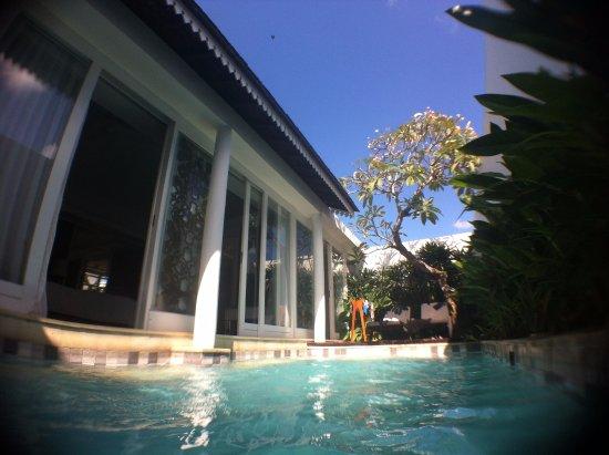 Astana Batubelig Villa : private pool beratapkan langit biru