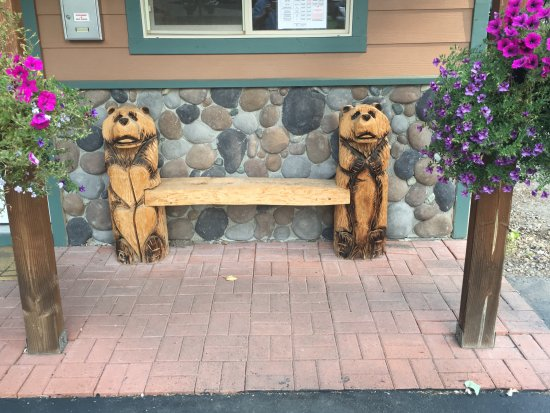 McCloud, Καλιφόρνια: Cool carved bears here too. See the ones inside the office.