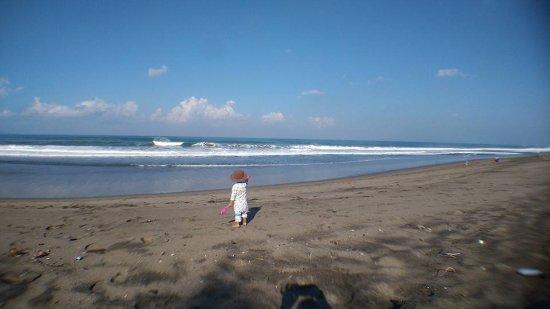 Kerobokan, Indonesia: pantai dengan ombak yang aman untuk anak, tetapi pasirnya kotor
