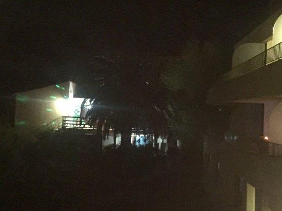 Kalliste Hotel Résidence : Et la nuit avec ses belles illuminations