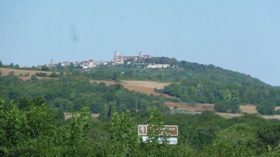 Pierre-Perthuis, Francia: The view of Vezelay from our window