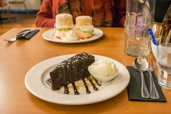 Lawrence, Neuseeland: Mud cake with icecream, and mini pavlovas in the background