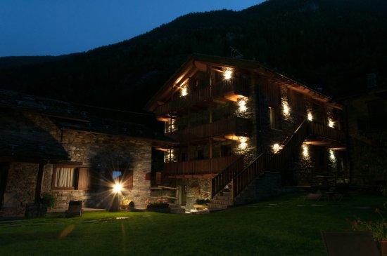 La Salle, Ιταλία: Esterno del residence di sera