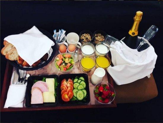 Fabian Hotel: Aamiainen tilattu huoneeseeb (hääpäivän jälkeinen päivä)