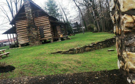 Old Fort, Carolina del Nord: Cabins next to the museum