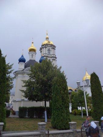 Pochayev, Ucrânia: Собор возвышается над землёй на 56 метров и стоит на горе, что высится над окружающей его местно