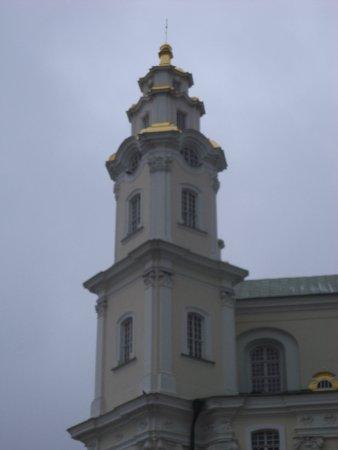 Pochayev, ยูเครน: Собор возвышается над землёй на 56 метров и стоит на горе, что высится над окружающей его местно