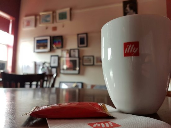 Urmston, UK: Coffee and art at Darby's