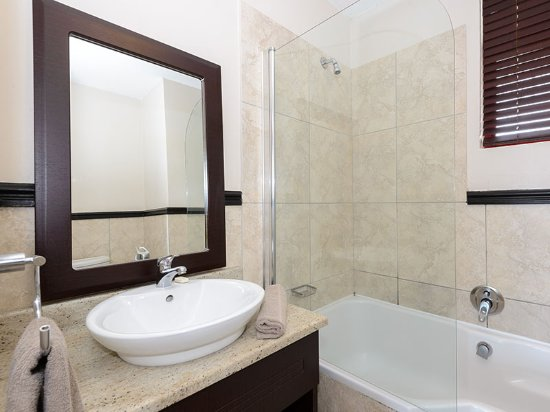 Umdloti, جنوب أفريقيا: Studio - Clean bathrooms with welcoming earthy decor