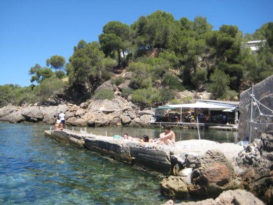 Sant Carles de Peralta, Ισπανία: El embarcadero con El Bigotes al fondo